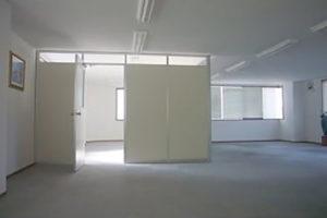 内部は綺麗で明るい事務所です。