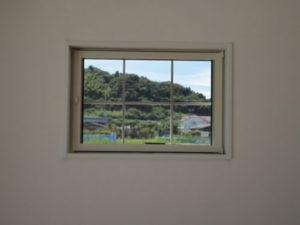 小窓から見える山の風景もいいですね